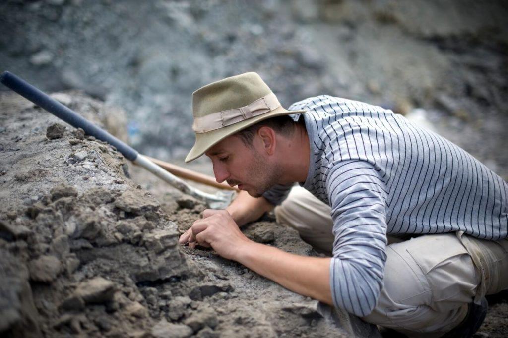 Õsi Attila, geológus, paleontológus ásatásokat végez a kutatócsoportjával az egyetlen magyarországi dinoszaurusz-lelõhelyen a bakonyi Iharkúton.A 2009-es ásatások alkalmával egy új, 85 millió éves dinoszauruszfaj maradványaira bukkant a kutatócsoport. Az Ajkaceratops kozmai csontmaradványai megtalálása gyökeresen megváltoztatja az Európa gerincesõsállat-földrajzával kapcsolatos eddigi ismereteket.